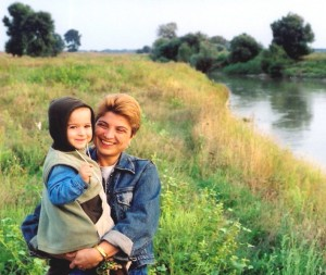 Alina, alaturi de baietelul ei, Vlad
